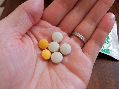 アテニアのビタミンB群サプリと、アロベビー葉酸サプリの大きさ比較